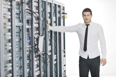 Junge es Ingenieur im datacenter Serverraum Lizenzfreies Stockbild
