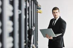 Junge es Ingenieur im datacenter Serverraum Lizenzfreies Stockfoto