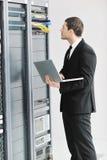 Junge es Ingenieur im datacenter Serverraum Stockbilder