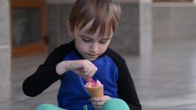 Junge essen Eis im Freien Glückliches Kind auf dem Weg Glückliche Kindheit stock video footage