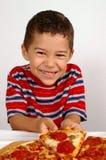 Junge essfertig eine Pizza Stockbild