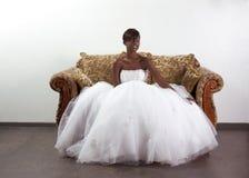 Junge ethnische Braut der schwarzen Frau im Hochzeitskleid Lizenzfreies Stockfoto