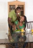 Junge ethnische Paare durch die Tabelle, die Frühstück isst Stockfotos