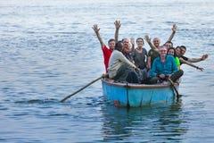 Junge Europäer reitet das alte Boot Lizenzfreies Stockbild