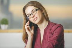 Junge europäische Frau am Telefon Stockbild