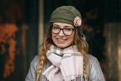 Junge europäische Frau, welche die erste Frühlingssonne erforscht Vorstadtstandortnahaufnahmeporträt genießt Lizenzfreie Stockbilder