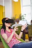 Junge Exekutive, die vergrößerte Wirklichkeit glases im Büro genießt lizenzfreie stockbilder
