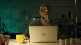 Junge-fähiger Architekturingenieur Working Late Hours in seinem Büro Büro ist nur sein Tabellenlicht eingeschaltet ist dunkel stock video footage
