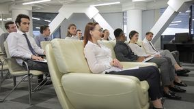 Junge Fachleute bei der wöchentlichen Sitzung in der großen Firma zuhause stock footage