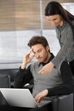 Junge Fachleute, die an Laptop arbeiten Lizenzfreie Stockfotografie