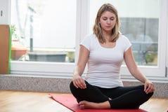 Junge fair-haired Frau meditiert Stockbild