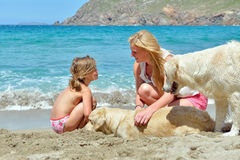 Junge Familie auf dem Strand lizenzfreies stockbild
