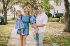 Junge Familie auf der Straße Lizenzfreies Stockfoto