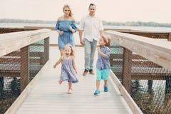Junge Familie auf der Straße Stockfotografie