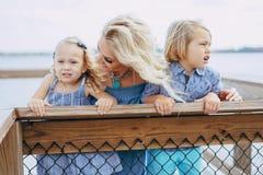 Junge Familie auf der Straße Lizenzfreie Stockbilder