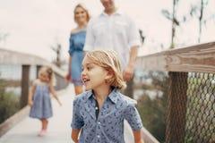Junge Familie auf der Straße Stockbild