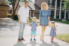 Junge Familie auf der Straße Stockfoto