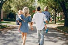 Junge Familie auf der Straße Lizenzfreie Stockfotografie