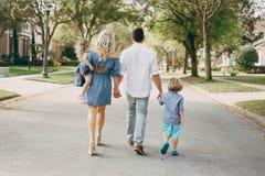 Junge Familie auf der Straße Stockfotos