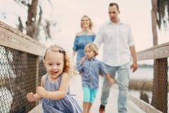 Junge Familie auf der Straße Lizenzfreies Stockbild