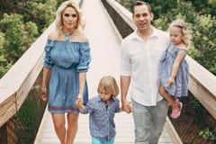 Junge Familie auf der Straße Lizenzfreie Stockfotos
