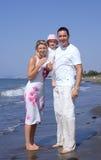 Junge Familie auf einem Strand in Spanien auf Ferien lizenzfreies stockfoto