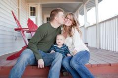 Junge Familie auf Portal Stockfoto