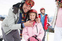 Junge Familie auf Ski-Ferien lizenzfreies stockbild