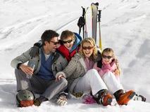 Junge Familie auf Ski-Ferien Stockfotos