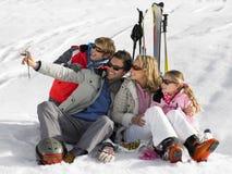 Junge Familie auf Ski-Ferien lizenzfreie stockfotos