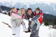 Junge Familie auf Winter-Ferien stockfotografie