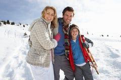 Junge Familie auf Winter-Ferien Lizenzfreies Stockfoto