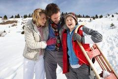 Junge Familie auf Winter-Ferien lizenzfreie stockfotos