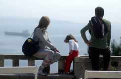 Junge Familie am Ausblick Stockbild