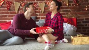 Junge Familie beglückwünscht sich vergnügt heiraten Weihnachten stock footage