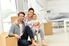 Junge Familie bewegte vor kurzem sich in neues Haus Stockbilder