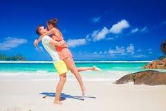 Junge Familie in der Liebe, die Spaß an tropischem Strand Baie Lazare hat Mahe, Seychellen Lizenzfreie Stockfotos