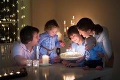 Junge Familie, die den Geburtstag ihres Sohns feiert stockbild
