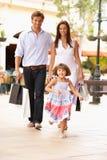 Junge Familie, die Einkaufen-Reise genießt Lizenzfreies Stockbild