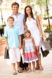Junge Familie, die Einkaufen-Reise genießt Lizenzfreies Stockfoto
