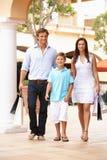 Junge Familie, die Einkaufen-Reise genießt Stockbild