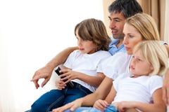 Junge Familie, die Fernsieht Stockfotografie