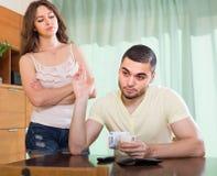 Junge Familie, die Geldprobleme hat Stockfotos