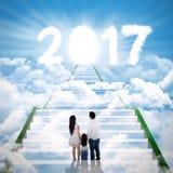 Junge Familie, die helle Nr. 2017 betrachtet stockfotos