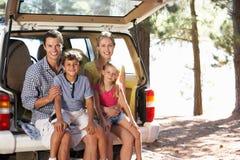 Junge Familie, die heraus einen Tag genießt lizenzfreies stockbild