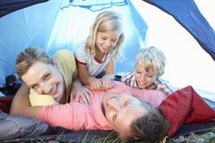 Junge Familie, die im Zelt spielt Lizenzfreies Stockbild