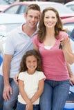 Junge Familie, die neues Auto montiert Lizenzfreies Stockbild