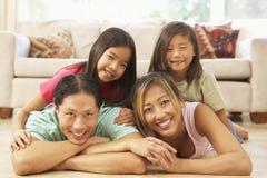 Junge Familie, die sich zu Hause entspannt stockfotos