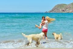 Junge Familie, die Spaß auf dem Strand hat lizenzfreie stockfotografie