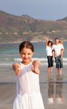Junge Familie, die Spaß auf Ferien hat Stockfoto
